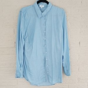 CROWN AND IVY Chambray Button-front shirt- so cute